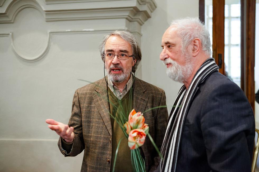 Jindřich Štreit diskutuje s ředitelem muzea