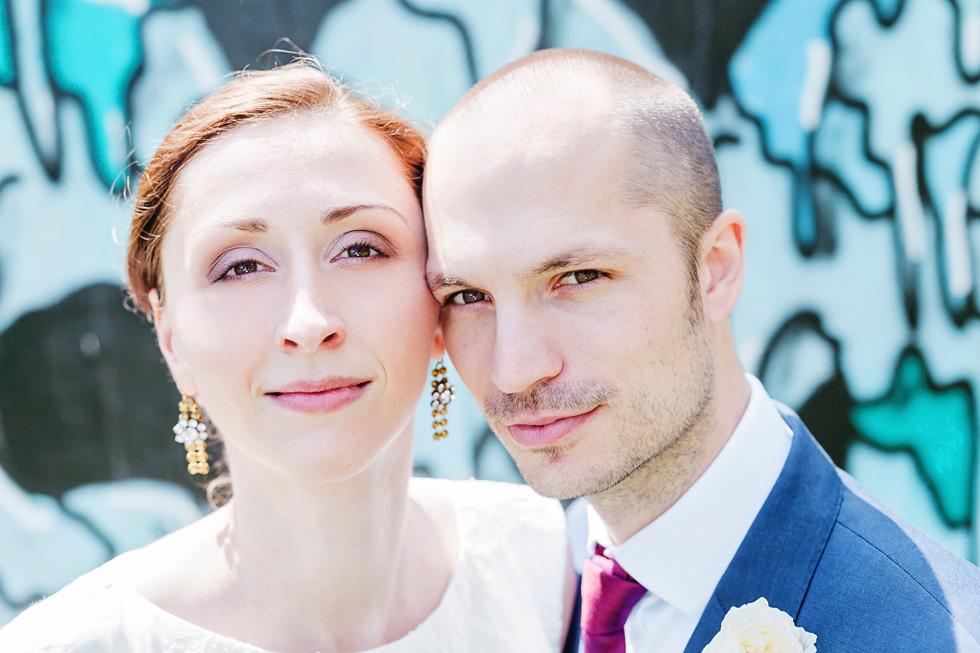 Barbora a Michal před graffiti stěnou ve Smetanových sadech