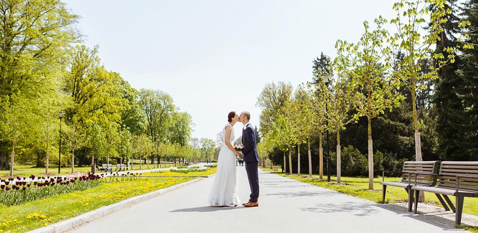 Barbora a Michal se líbají na svatbě ve smetanových sadech