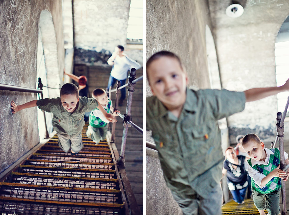 Synové Zuzky stoupají po schodech ve věži