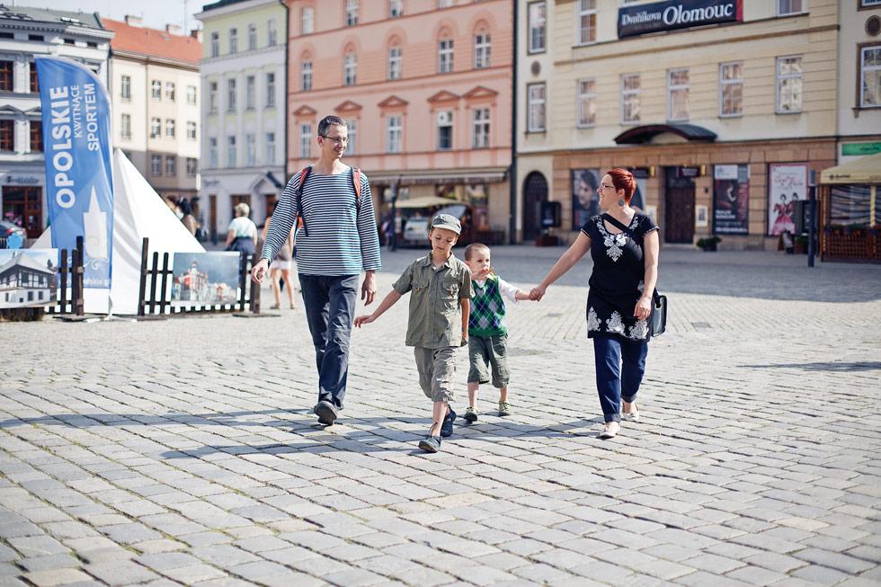 Zuzka s rodinkou jde po horním náměstí