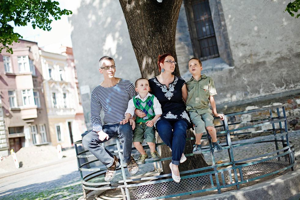 Zuzka a rodinka sedí u Mořice