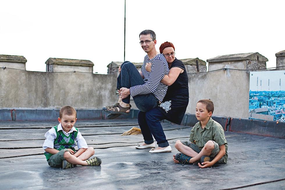 Zuzka drží manžela a synové sedí