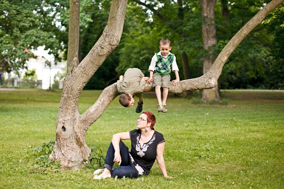 Zuzka s dětmi u stromu
