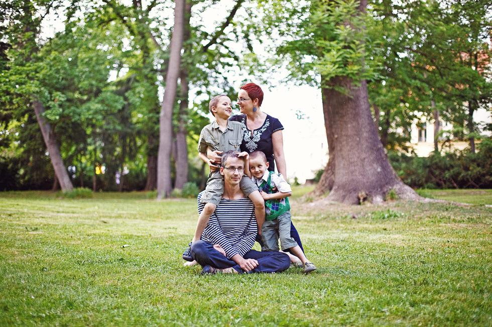 Zuzka s manželem v parku