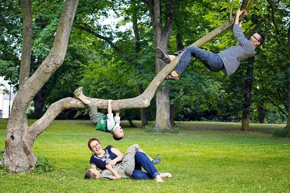 Zuzka s manželem v parku za stromem