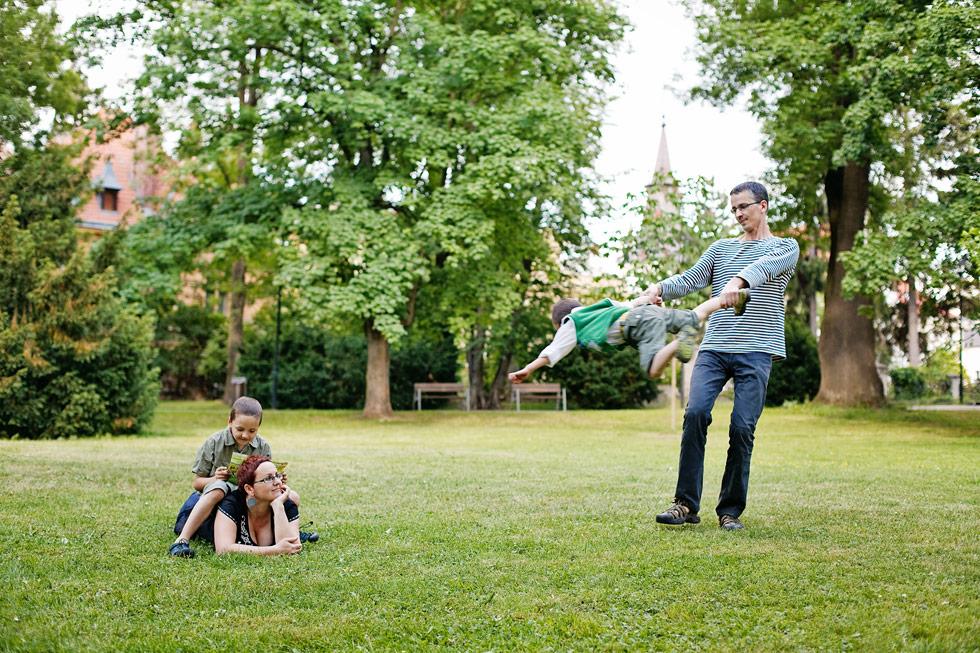 Zuzka s manželem v parku relaxují
