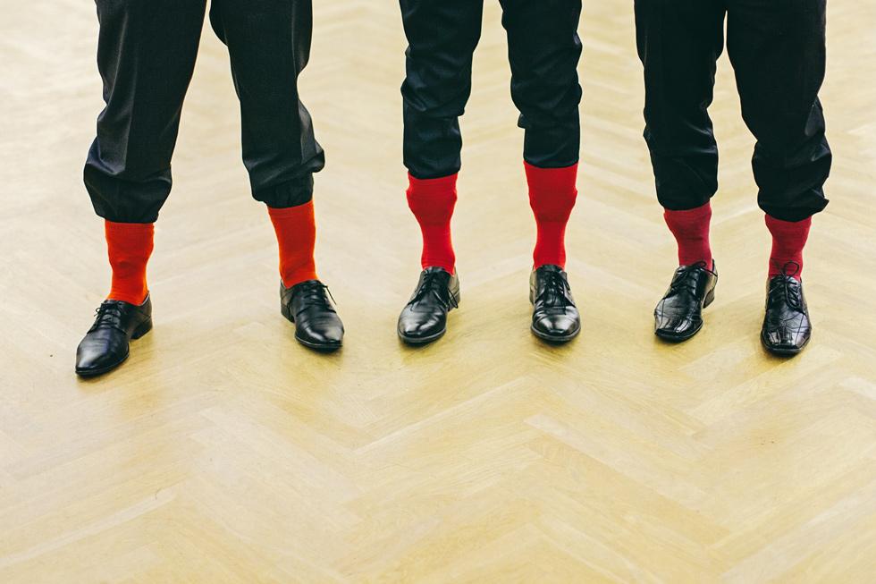 Červené ponožky svatebčanů