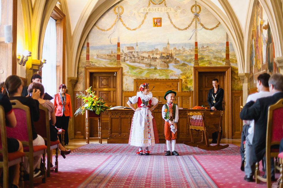 Děti v kroji na vítání občánků