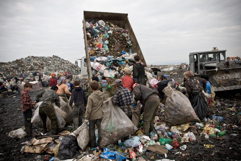 Náklaďák přivezl odpad na skládku
