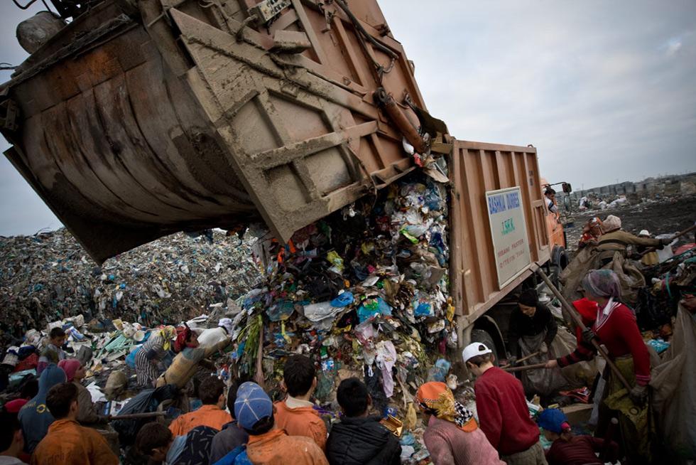 Náklaďák vyklápí na skládce odpadky