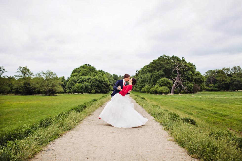 Nevěsta a ženich dramatický portrét u lesa