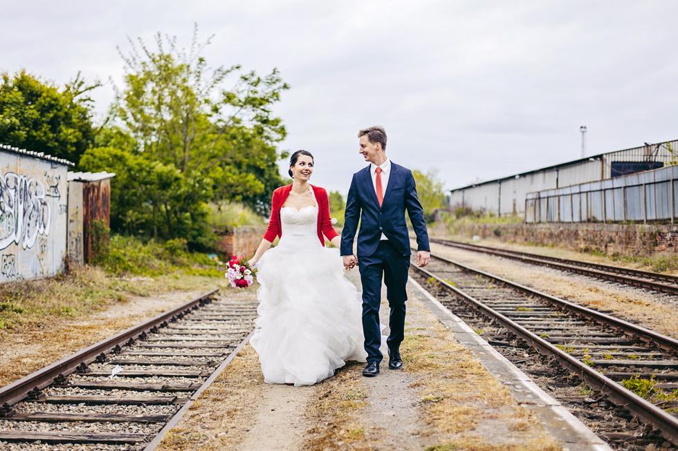 Nevěsta a ženich jdou u kolejí