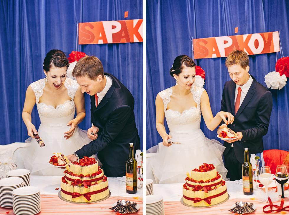 Nevěsta a ženich krájí dort