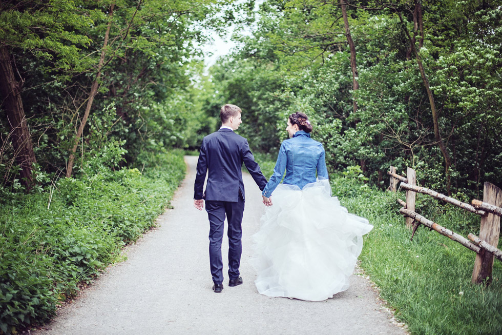 Nevěsta a ženich odcházejí po cestě