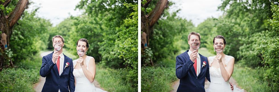 Nevěsta a ženich se smějí do lupy