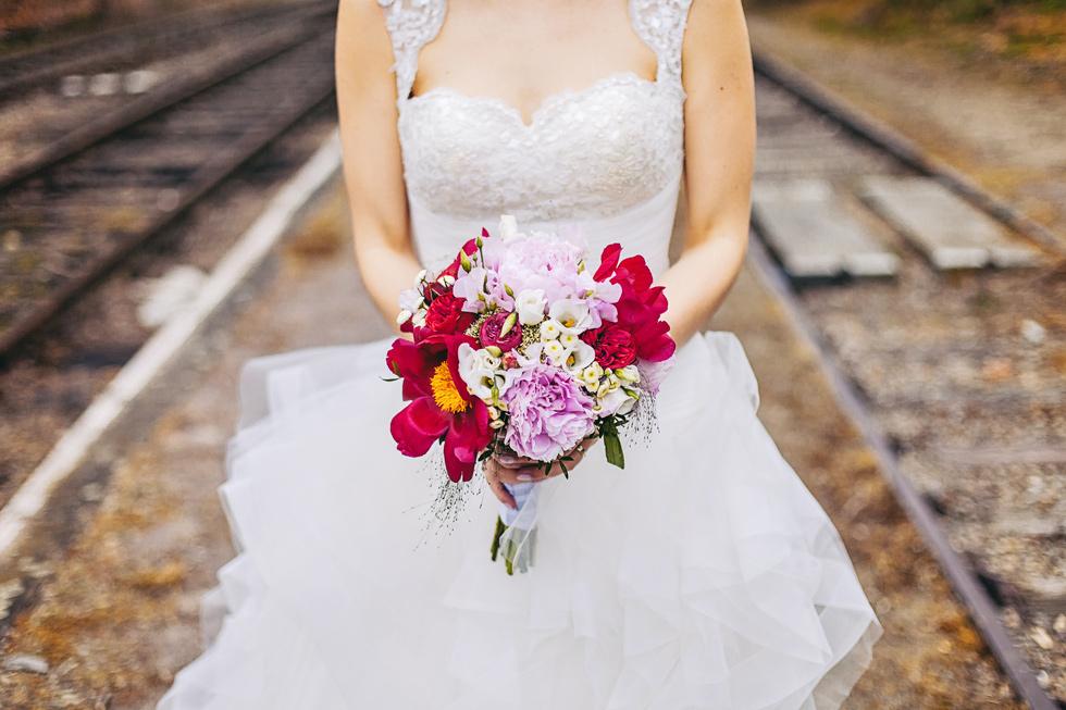 Nevěsta drží svatební kytici