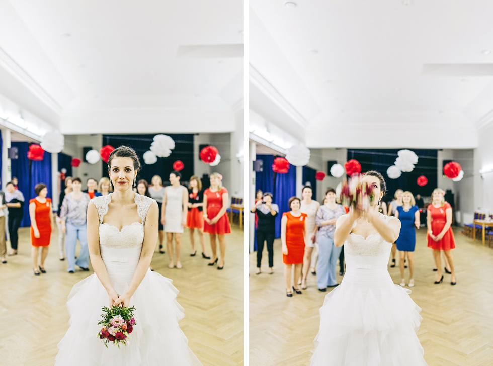 Nevěsta háže svatební kytici
