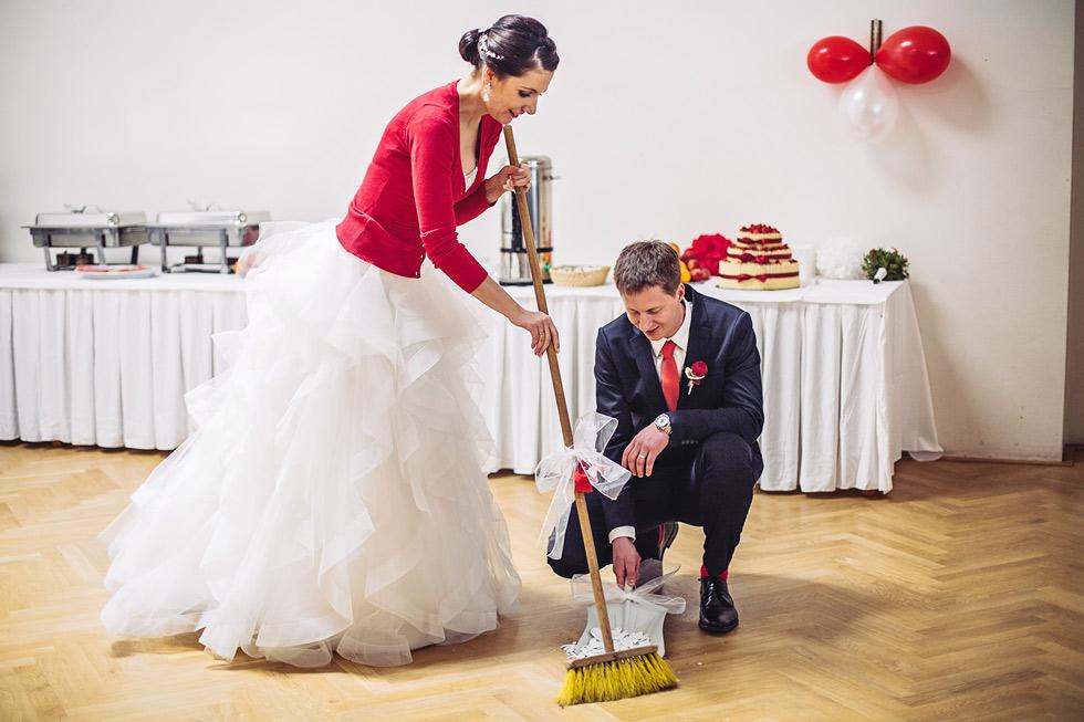 Nevěsta zametá rozbitý talířek