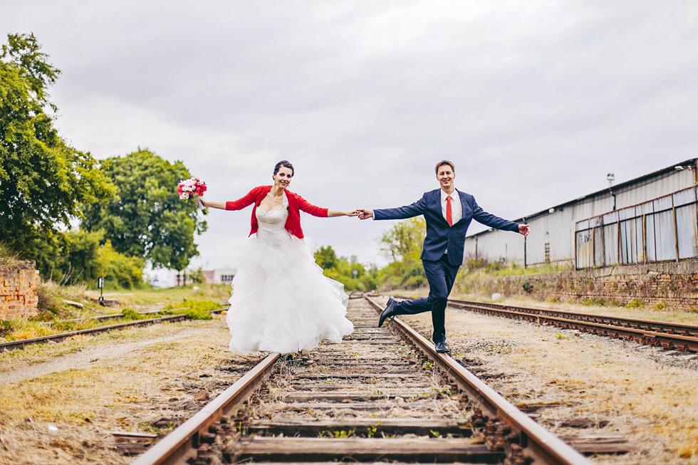 Nevěsta a ženich jdou po kolejích