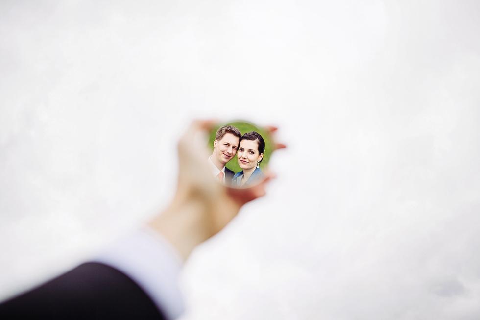 Nevěsta a ženich v odraze zrcátka