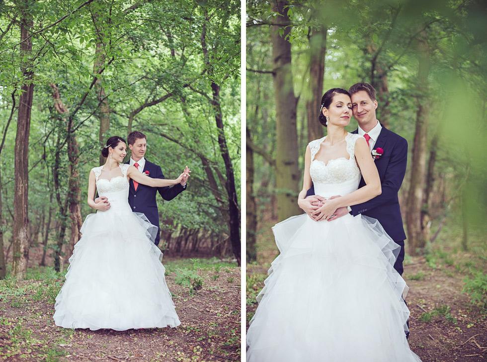 Romantický portrét nevěsty a ženicha v lese