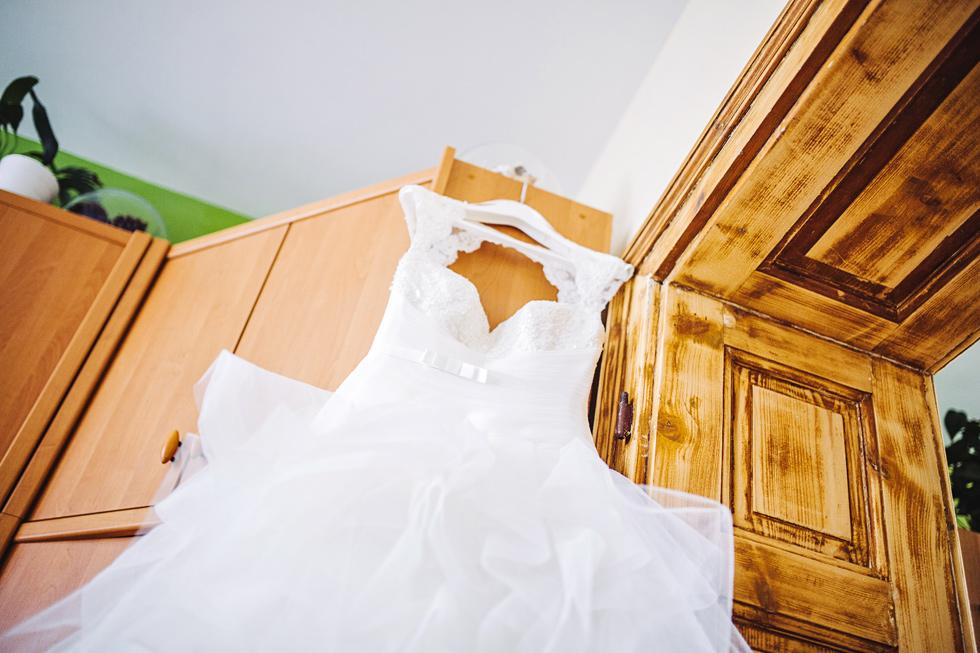 Svatební šaty visí na dveřích