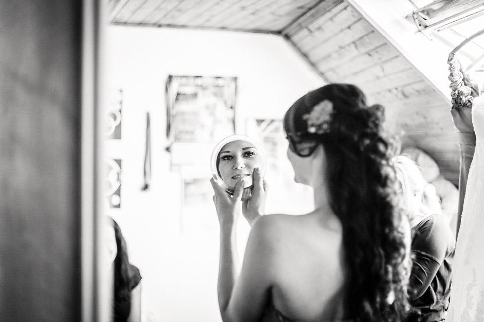 Nevěsta se dívá do zrcadla