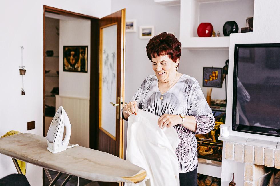 Babička žehlí ženichovu košili
