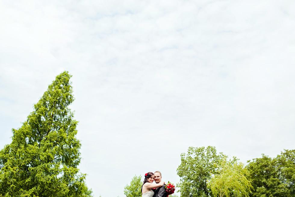 Portrét nevěsty a ženicha proti nebi