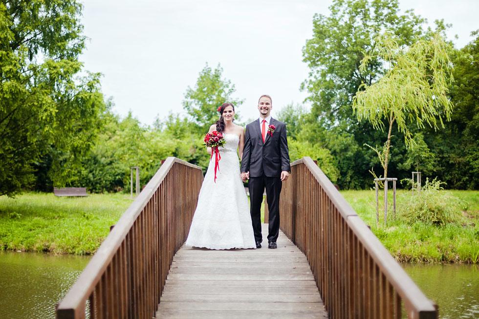 Nevěsta a ženich na mostě