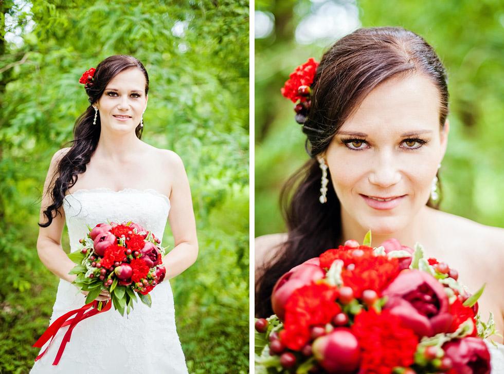 Portrét nevěsty se svatební kyticí