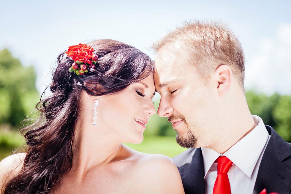 Portrét nevěsty a ženicha u rybníka