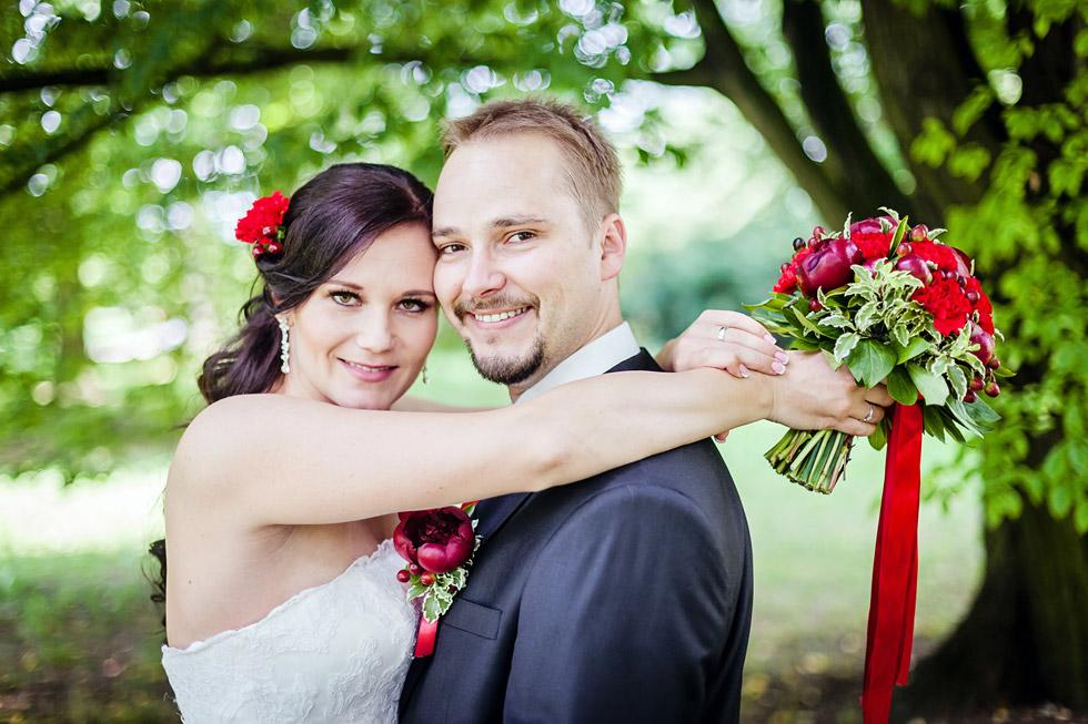 Portrét nevěsty a ženicha se svatební kyticí