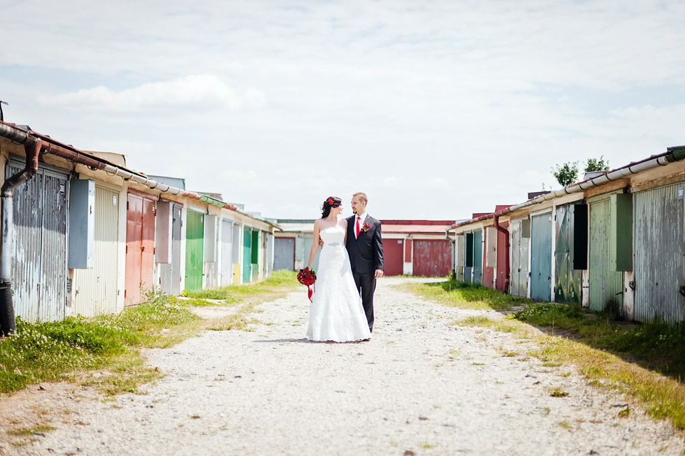 Portrét nevěsty a ženicha u garáží