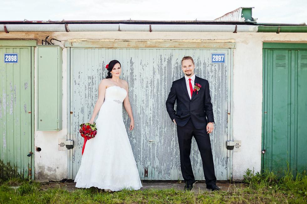 Portrét nevěsty a ženicha před garáží