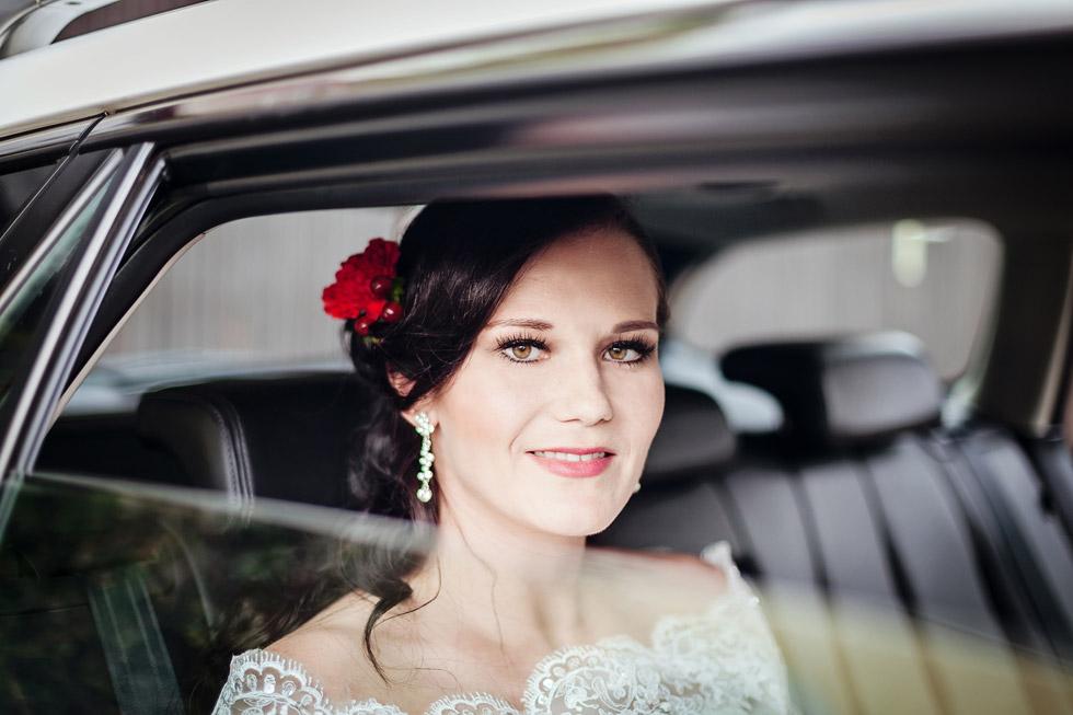 Portrét nevěsty v autě