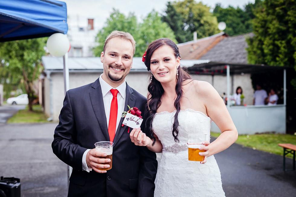 Novomanželé s kartou od kouzelníka Tomasiana