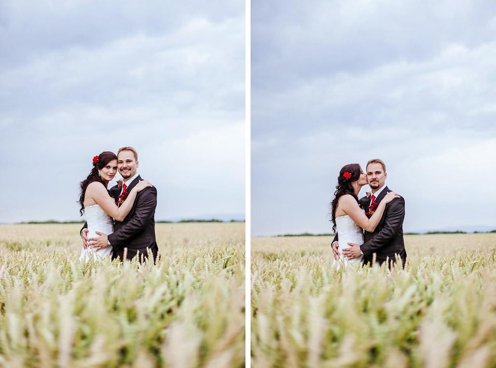 Portrét nevěsty a ženicha v obilí