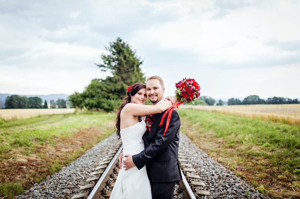 Portrét novomanželů na kolejích