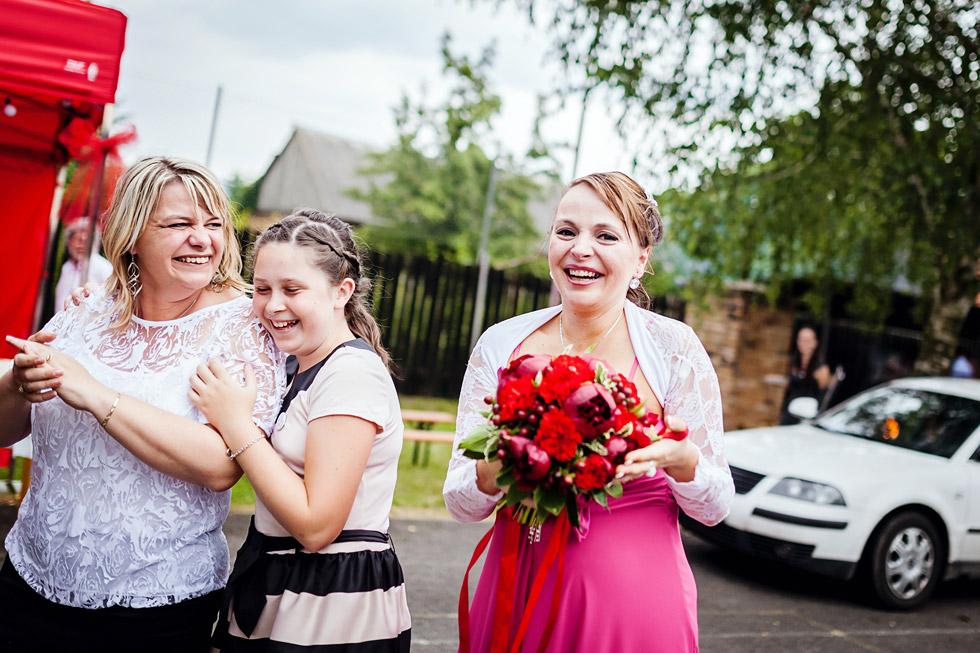 Šťastná slečna chytila svatební kytici