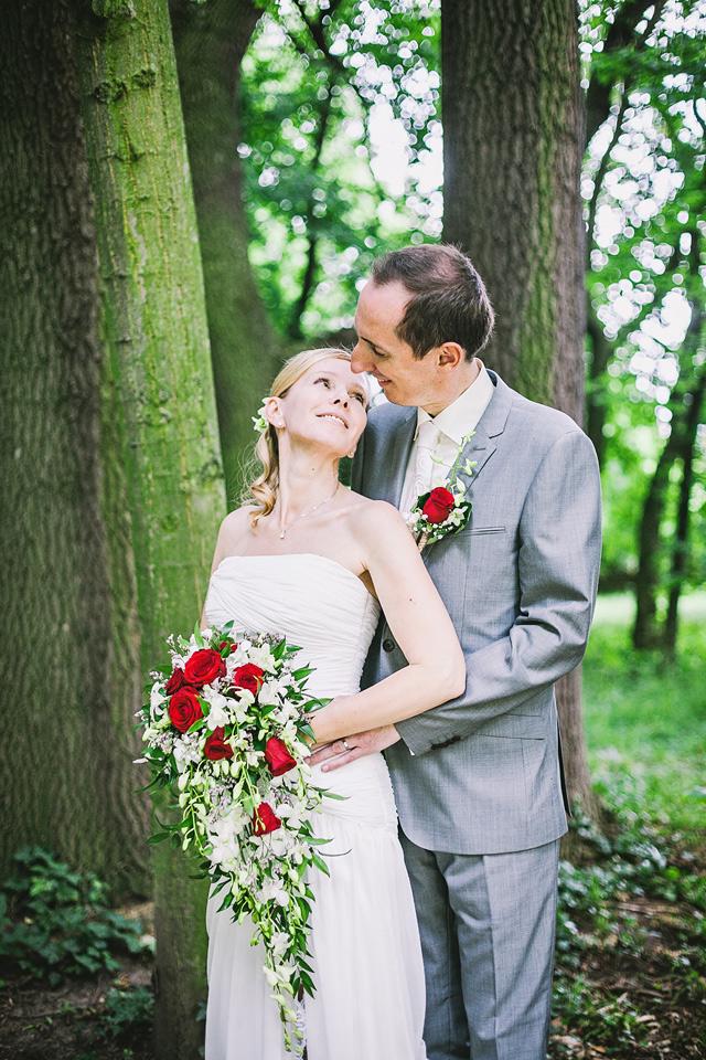 Nevěsta a ženich v lesíku