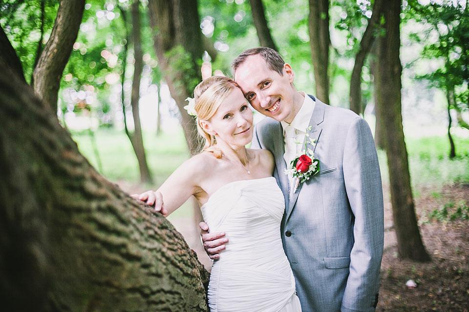 Portrét nevěsty a ženicha u stromu