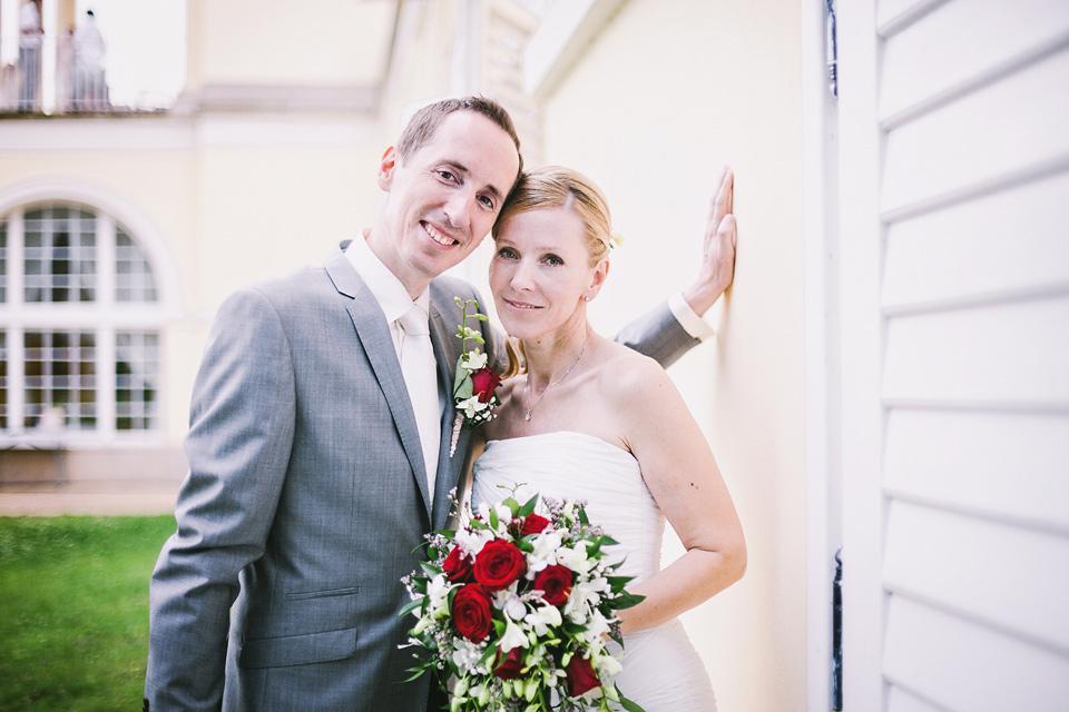 Portrét nevěsty a ženicha u zdi