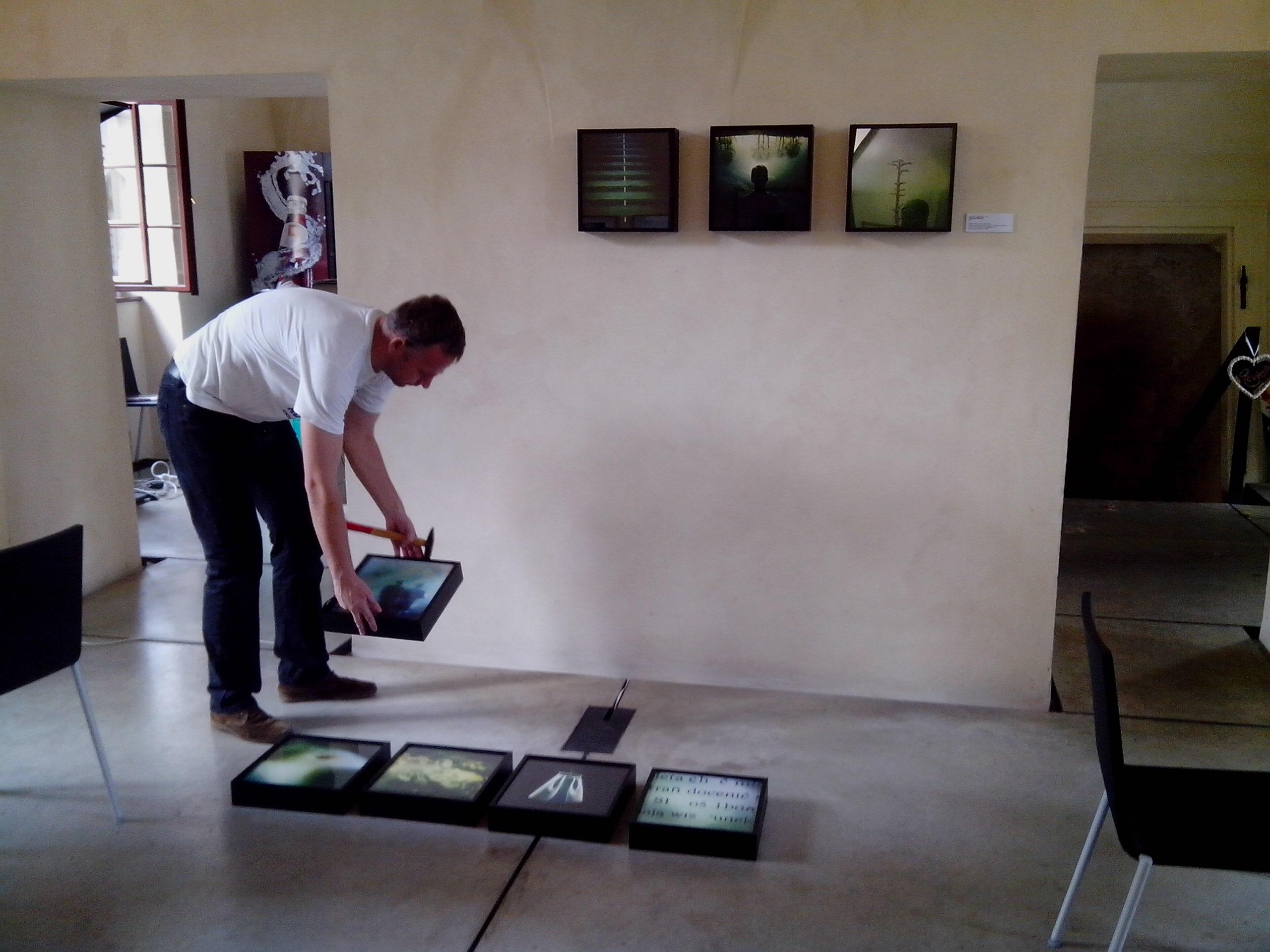 Svaťa klesnil se instalace výstav vůbec nebojí