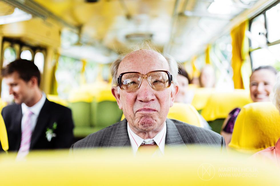 Dědeček ve svatebním autobusu