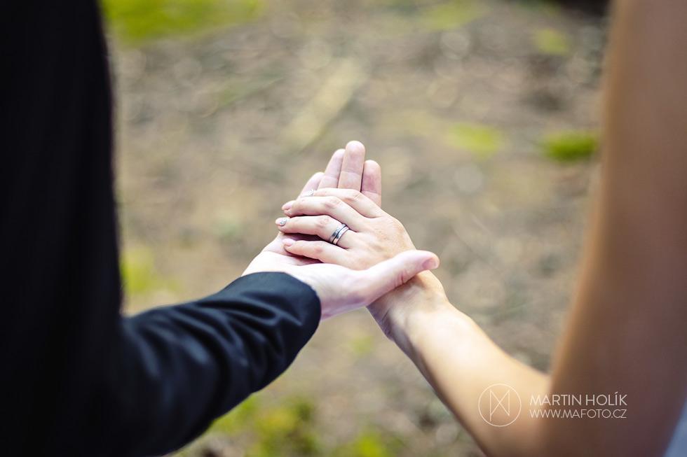 Fotografie prstýnků nevěsty a ženicha