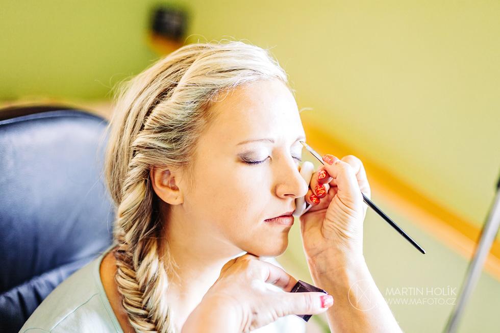 Fotografie z průběhu líčení nevěsty