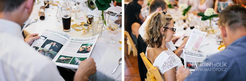 Hosté si prohlížejí svatební noviny