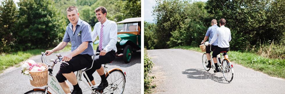 Kamarádi jedou na kole na hostinu